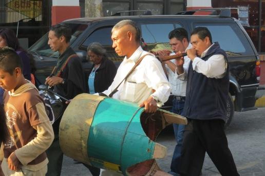 (Como en la época virreinal, las chirimías abren el recorrido. Foto: M.S.)
