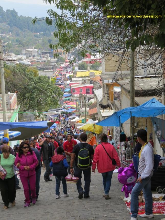 (Perspectiva de puestos y asistentes desde calle 5 de febrero. Foto: M.S.)
