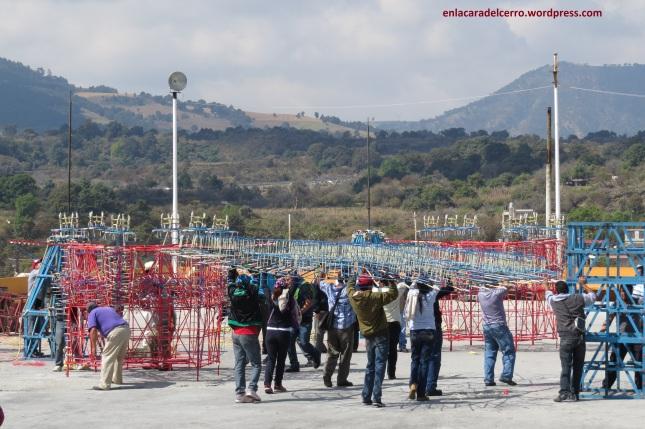 (Personas cargando ruedas de castillo. Foto: M.S.)