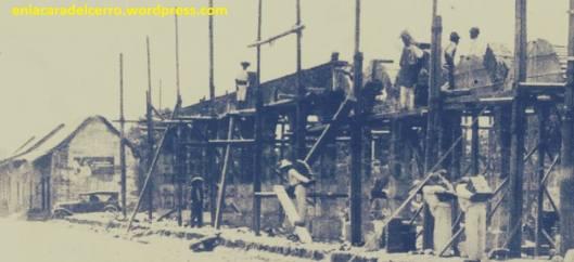 (El Mercado en su fase constructiva hacia 1935. Foto: Ollin Altépetl A.C.)